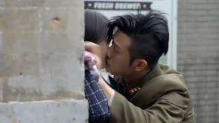 《热血勇士》军官发现女记者偷拍他,反手壁咚太霸气,下一幕却悲催了