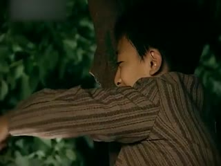《凤穿牡丹》小男孩哄着疯母亲开心,不料一个转身母亲竟惨遭人杀害,吓人!