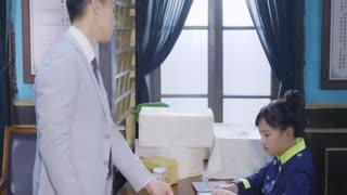 《戴流苏耳环的少女》会长机智撩妹!邮务局寄包裹,寄件人为倪劳工,收件人为白衣校花