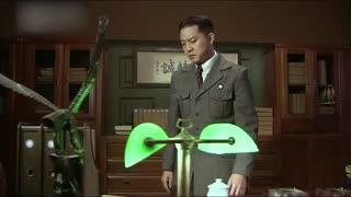 《渗透》小伙怀疑自己被人监听,果然在电话上发现了藏起来的窃听器!