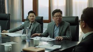 《温州两家人》会议桌上众人口若悬河,总裁听后开心的合不拢嘴:老子果然是商业奇才