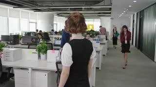 《赛小花的远大前程》女人工作任务被同事陷害未完成,超出规定时间,被老板骂