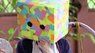《丑小鸭》头盔男和头罩女的相识