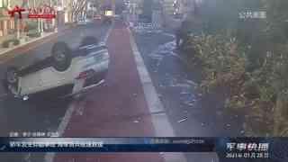 【军事快播】轿车发生侧翻事故 海军官兵极速救援