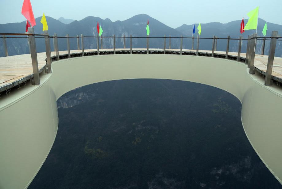 重庆云阳龙缸景区建成世界第一悬挑玻璃景观廊桥