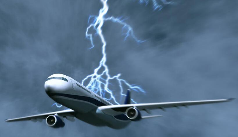 飞行中的飞机被闪电击中
