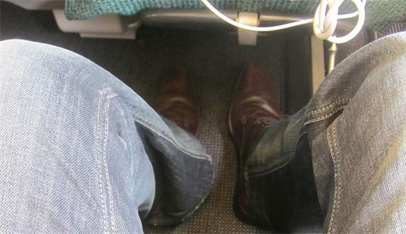 飞机通道大小便 旅客带小孩在飞机舱内大便
