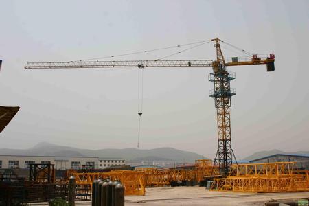 武汉塔吊事故 工地塔吊装置吊臂时发生倾倒