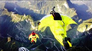 运动员身着翼装飞跃火山