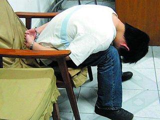男子持刀抢小学生318元 持刀抢劫小学生被判十年两个月