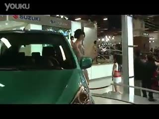 白色超短裙美女车模热舞视频