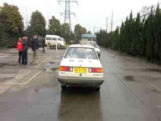 小车驾考,坡道定点停车时,上坡的时候压了右边白线是不合格还是图片