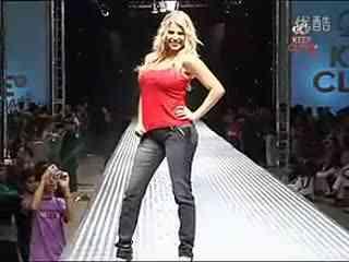 美女牛仔裤热舞视频 比基尼与牛仔裤的热舞