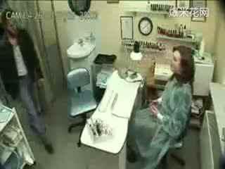 恶搞 美女更衣室有个人妖