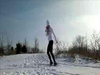 雪地上的美女鬼步舞视频