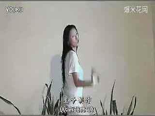 韩国美女热舞李由美背心短裤风情热舞自拍