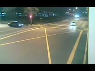 【摩托车祸视频】摩托车被撞汽车爆炸 最惊险