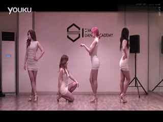 美女钢管舞:性感美女演绎爵士舞